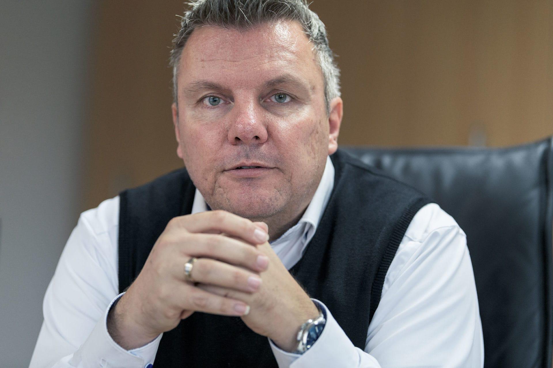 Markus Löw - Portrait sitzend