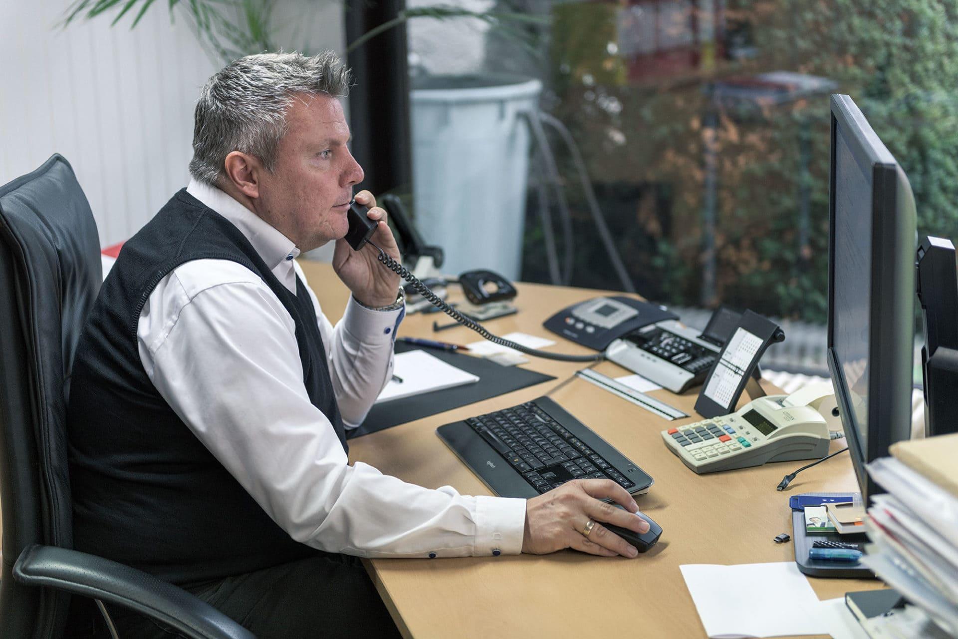 Markus Löw - Portrait telefonierend